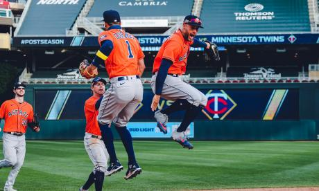 Los Astros de Houston celebraron su primera victoria en la postemporada.