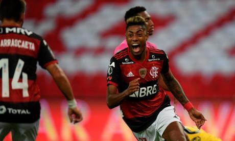 El delantero Bruno Henrique anotó un par de goles.