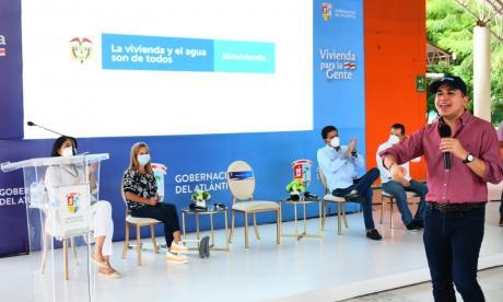 El ministro de Vivienda explica el programa de mejoramiento. Lo escuchan la gobernadora Noguera y el alcalde Ucros.
