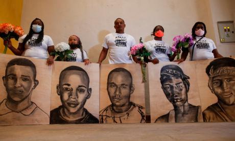 Los padres de los cinco jóvenes asesinados en la masacre de Llano Verde, en Cali, pidieron justicia ayer.