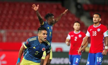 Radamel Falcao García corre a celebrar el gol del empate mientras Duván Zapata levanta los brazos y dos jugadores chilenos se lamentan.