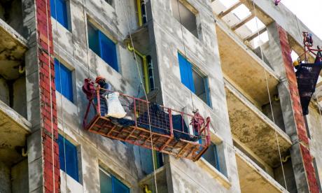 Obreros trabajan en un edificio residencial en construcción.