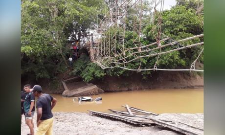 Cinco muertos tras desplome de puente colgando en Necoclí, Antioquia