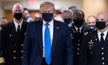 El presidente Donald Trump al salir del hospital en  el que estuvo interno por  la Covid-19.