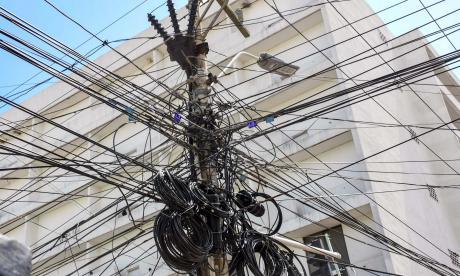 Una 'madeja' de cables se observa a la altura de la calle 38, entre las carreras 41 y 44, en la zona céntrica de Barranquilla.