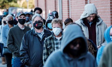 Momento en el que electores hacían una fila para ingresar a un centro de votación.