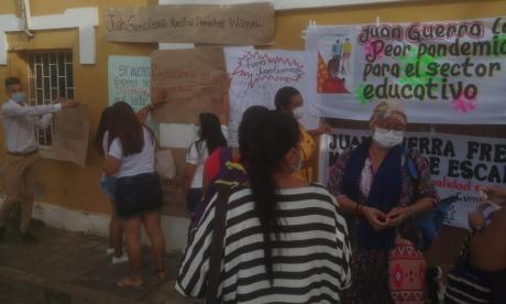 Carteles de los protestantes que piden la renuncia.