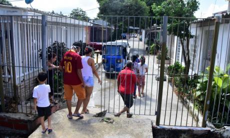 Reja en vía pública obstruye el paso de vecinos en Soledad