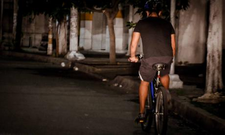 Un ciclista transita por una vía del norte de la ciudad sin chaleco reflectivo, lo que impide que sea visible para los conductores de carros.
