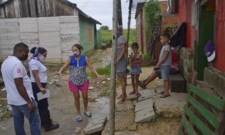 Funcionarios de la Alcaldía de Cartagena en el recorrido de este domingo por las zonas afectadas
