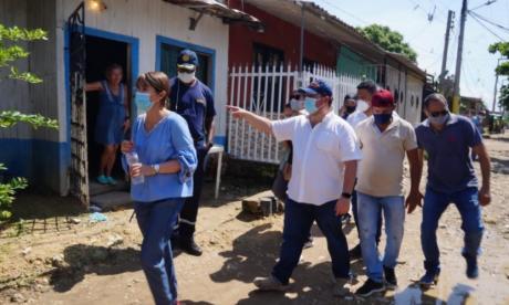 La ministra del Interior, la cartagenera Alicia Arango, recorrió varios sectores afectados por las inundaciones y deslizamientos.