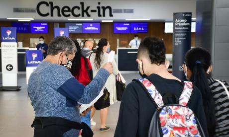 Juez ordena al Gobierno volver a exigir pruebas PCR a viajeros del exterior