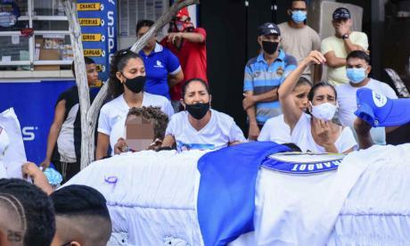 Familiares y amigos del niño Jamir en medio del multitudinario sepelio.