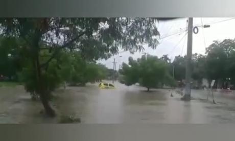 En video   Pasajeros de un taxi se salvan de morir por arroyo en Cartagena