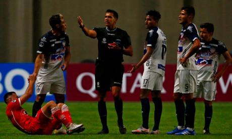 Teófilo protesta tras la expulsión sufrida en el juego de vuelta ante Unión La Calera de Chile.