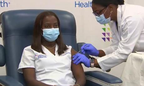 Una enfermera, la primera en recibir la vacuna contra la Covid en EE.UU