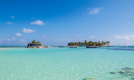 Un viaje a la isla paradisíaca del mar de los siete colores