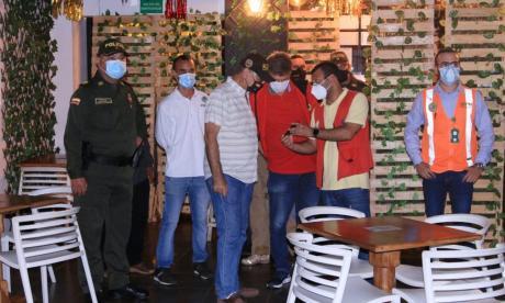 Alcalde de Cartagena William Dau verificando el cumplimiento de las medidas que se implementaron.