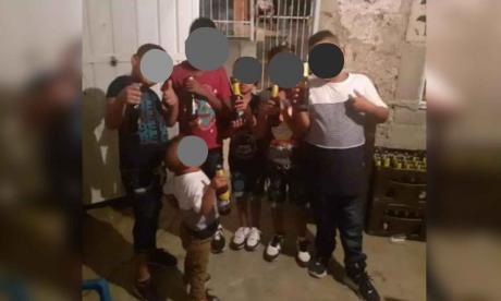 Divulgan fotos de niños posando con cervezas en Santa Marta