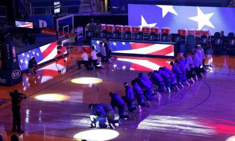Jugadores de los Clippers y Warriors sentaron rodilla en señal de protesta.
