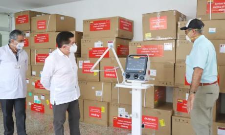 El ministro Ruiz durante una entrega de ventiladores en Cartagena.