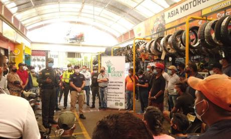 Personal de la Alcaldía y Policía llegaron hasta el Centro para hablar con los comerciantes.