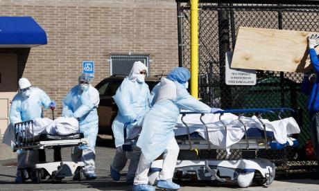 Personal médico movilizando cuerpos de pacientes fallecidos por Covid-19 en Estados Unidos.