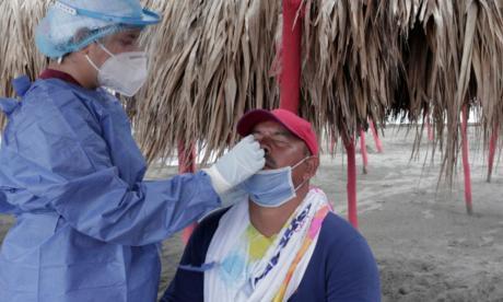 Personal de la salud realiza toma de muestra de coronavirus a un hombre.