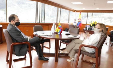 La procuradora y el fiscal durante la reunión.
