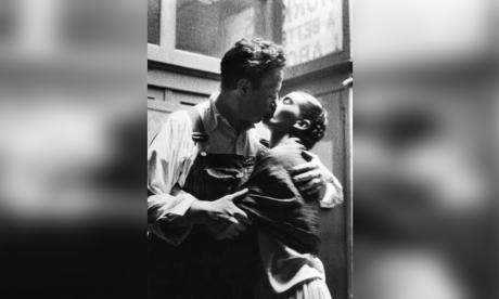 Un beso a una exposición sobre Frida Kahlo
