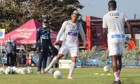 Teófilo Gutiérrez entrenando con Carmelo Valencia ante la mirada del técnico Luis Amaranto Perea.