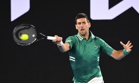 Un Djokovic lesionado sobrevive en el Australia Open ante Fritz