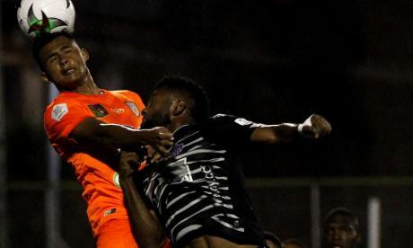 El delantero cordobés Miguel Ángel Borja disputa un balón aéreo con un rival.
