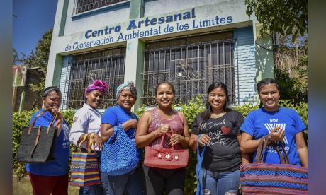 Mujeres sin 'límites' que tejen bolsos reciclables en Luruaco