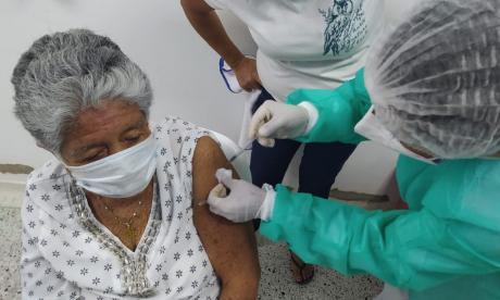 Van 976.137 vacunas aplicadas contra covid en Colombia