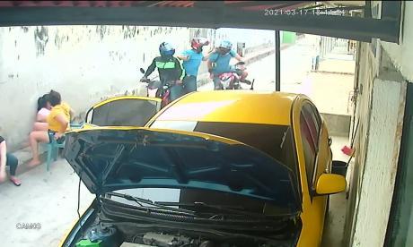 Cámara registra atraco a mano armada a un motociclista en Soledad