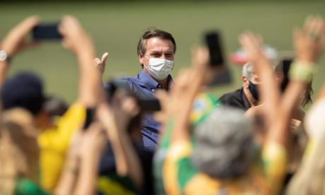 Bolsonaro cumple 66 años presionado por su negacionismo de la pandemia