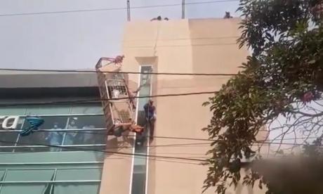 ¡Susto en las alturas! Obreros quedaron colgando tras daño de andamio