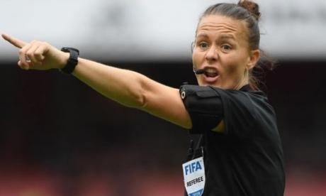 La árbitra Rebecca Welch hace historia en el fútbol inglés