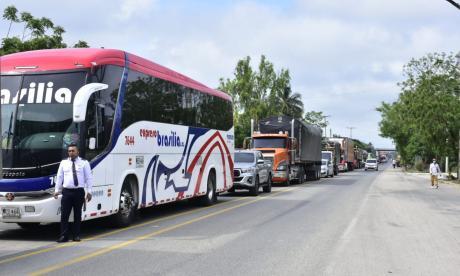 Camioneros esperan desbloqueo del puente Pumarejo para entrar a Barranquilla