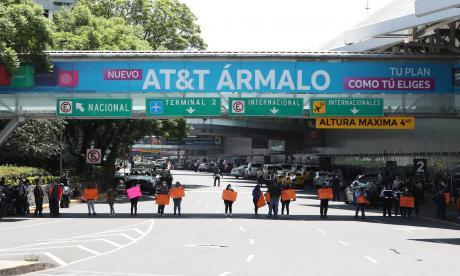 Padres de niños con cáncer bloquean acceso al aeropuerto de Ciudad de México