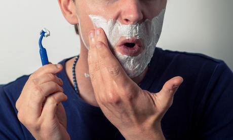 Hombre se contagió con bacteria 'comecarne' por usar afeitadora de otra persona