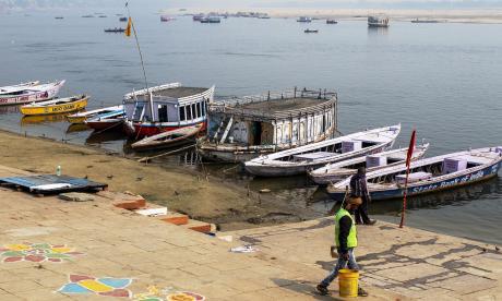 Milagro en el río Ganges: hombre rescató a una recién nacida que flotaba dentro de una caja