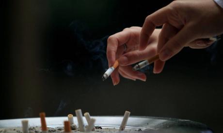 Pfizer suspende venta de fármaco para dejar de fumar