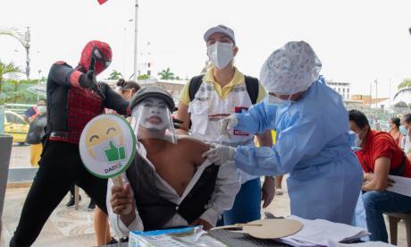 Vacunan a comerciantes formales e informales de Cartagena