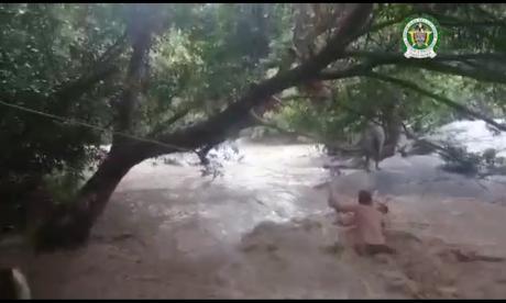Policías rescatan a 2 mujeres a punto de ser arrastradas por el río Gaira