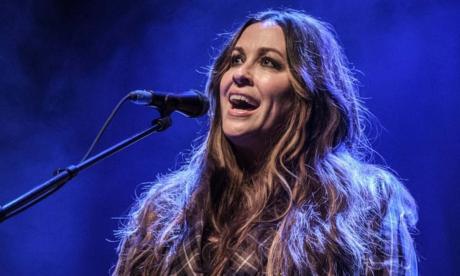 Cantante Alanis Morissette reveló que fue abusada por varios hombres cuando tenía 15 años
