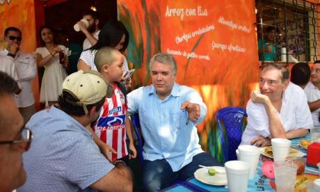 Duque desayuna en La Tiendecita, previo al Taller Construyendo País