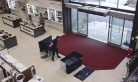 En cuestión de segundos, joven causa daños por 6 mil dólares en tienda electrónica