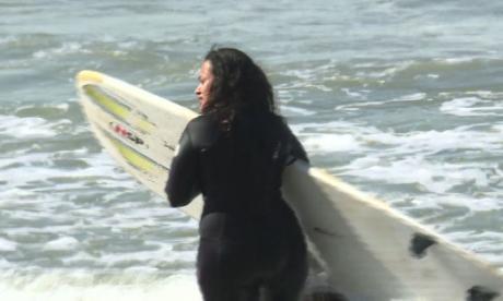 Así surfean mujeres en Marruecos, por encima de los prejucios